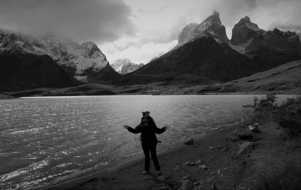 Bajo las colosales montañas de Torres del Payne, Puerto Natales (Chile, 2013)