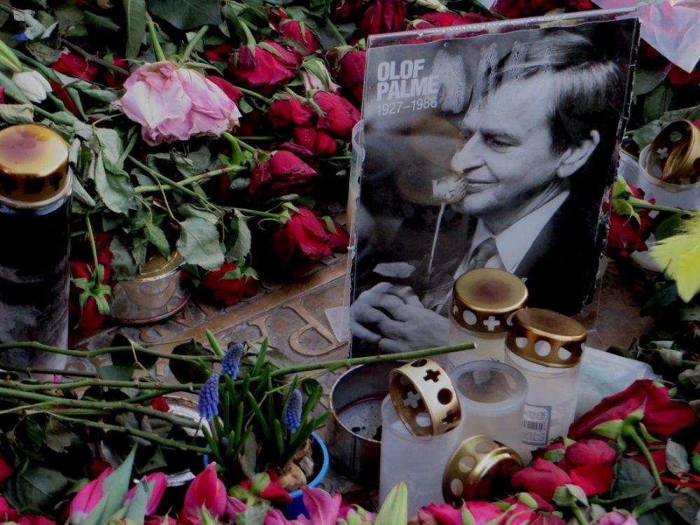 Las flores tapan la placa que recuerda el lugar en el que Olof Palme fue asesinado