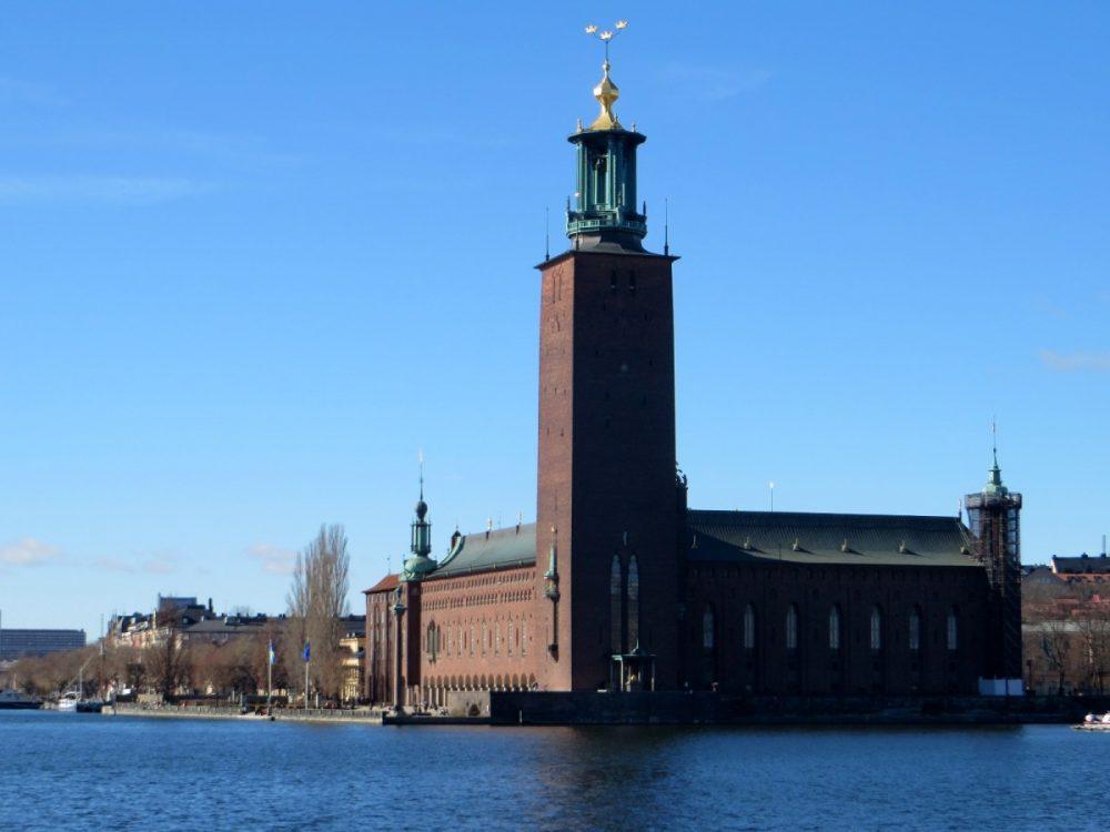 La torre del Ayuntamiento está coronada por las tres coronas, símbolo del país
