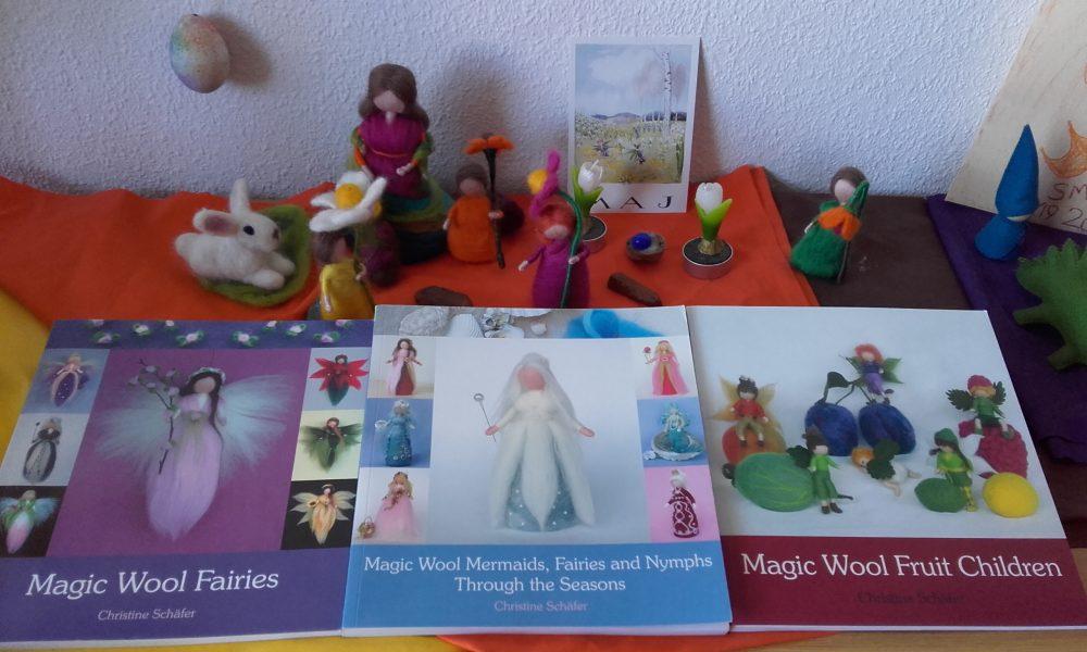 Libros con detalles explicativos para hacer diversas creaciones con lana cardada