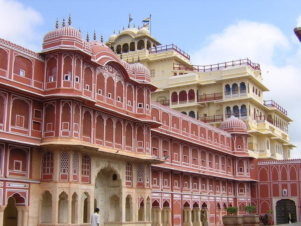 Los colores rosados caracterizan la ciudad de Jaipur (India, 2007)