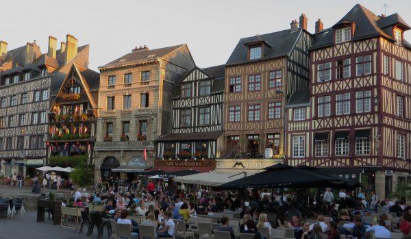 En la plaza del mercado de Rouen se disfruta del verano en las terrazas (Francia, 2016)