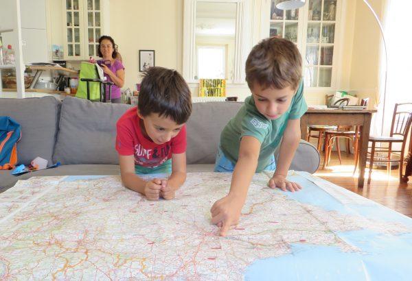 Ernest y Ferran repasan la ruta en nuestra casa de Vile d'Avray.