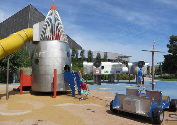 Disfrutando de los juegos infantiles en la Cité de l'Espace (Francia, 2016)