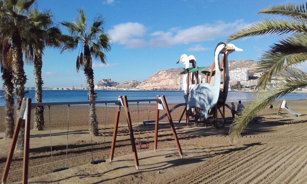 La playa de la Albufereta está vacía en estos meses del año (Alicante, 2016)