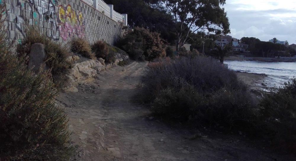 El sendero recorre zonas muy urbanizadas (Alicante, 2016)