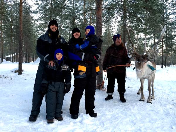 Pau y su familia disfrutando en Laponia con los entrañables renos: una imagen que queremos repetir!