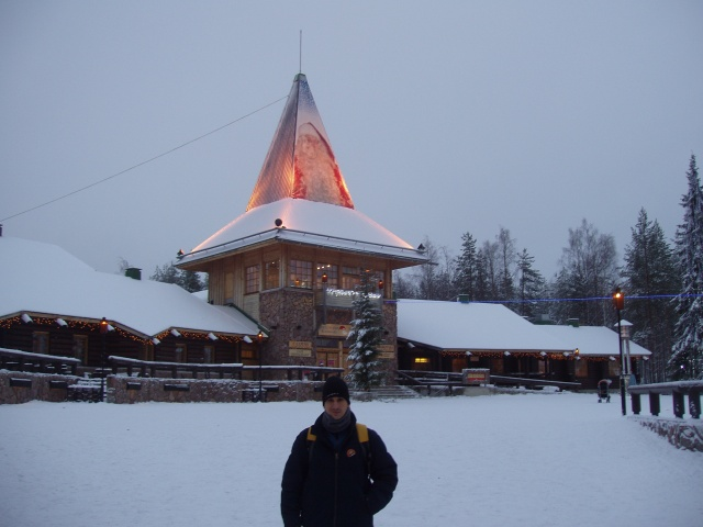 Sele frente a la Casa de Papá Noel en Rovaniemi.